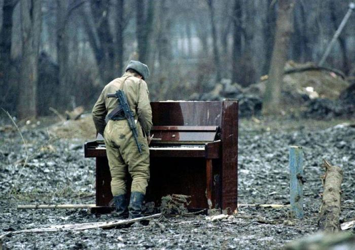 cool-powerful-photos-pianist-soldier